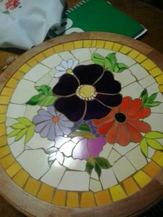 Mosaiquismo Mosaic Crafts, Mosaic Projects, Stained Glass Projects, Mosaic Tray, Mosaic Glass, Mosaic Tiles, Mosaic Designs, Mosaic Patterns, Mosaic Furniture