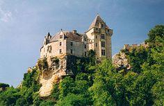 Château de Montfort Het kasteel werd gebouwd op een rots aan de Dordogne in de Périgord Noir, nu een toeristisch gebied. In het BEGIN van de 13e eeuw was het kasteel in bezit van de Kathaarse Bernard de Casnac en in 1214 werd het kasteel door Simon IV van Montfort verwoest