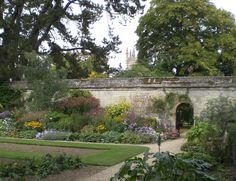 The Botanic Garden in Oxford. Het is de oudste botanische tuin van Engeland. Deze locatie is in verschillende afleveringen van Inspector Morse en Lewis te zien, waaronder The Settling of the Sun. #film #locations