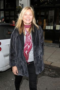 How to Style a Rock 'n' Roll Scarf Like Kate Moss - How to Style a Rock 'n' Roll Scarf Like Kate Moss Kate Moss wears Rockins scarf with faux fur jacket. Marie Claire, Estilo Kate Moss, Kate Moss Stil, Moss Fashion, Fashion Fashion, Queen Kate, Head Scarf Styles, Skinny Scarves, Looks Chic