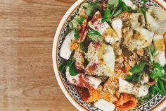 Salade uit het Midden-Oosten met quinoa, halloumi, kikkererwten en tahini dressing.