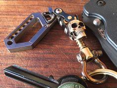 Titanium Keychain / Skull Swivel Drone Carabiner por EdcApparatus