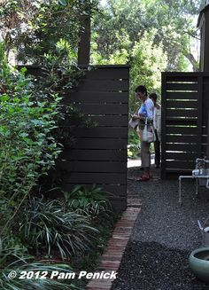 Inspiration de palissade Escaliers Potier spacing of horizontal fence for privacy but not hermit like shuting out the neighbors Rustic Fence, Pallet Fence, Fence Landscaping, Backyard Fences, Garden Fences, Front Yard Fence, Fenced In Yard, Le Ranch, Fence Art