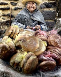 Vendedora de pan en Ollantaytambo (Valle Sagrado de los Incas, Cuzco, Perú)