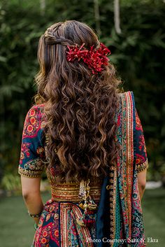 Gorgeous Mumbai Wedding With Bride In Drool-Worthy Outfits! Indian Wedding Hairstyles, Indian Bridal Outfits, Indian Fashion Dresses, Engagement Hairstyles, Asian Hairstyles, Elegant Hairstyles, Party Hairstyles, Mehendi, Lehenga Hairstyles