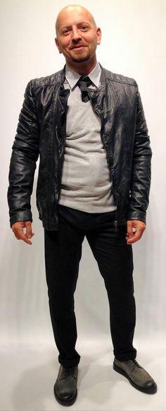 Allzu klassisch darf das Outfit nicht sein. Mit dieser Lederjacke schwingt eine gute Prise Rock mit und nimmt diesem Look die Strenge.