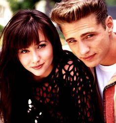 "Shannen Doherty fik sit store gennembrud i rollen som Brenda Walsh i tv-serien ""Beverly Hills 90210"". Her sammen med Jason Priestly, der spillede Brandon Walsh i serien."