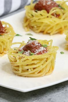 Spaghetti and Meatball Cups are a delicious, bite-size appetizer that's so much fun. Easy to make ahead of time for a party! Bite Size Appetizers, Meat Appetizers, Appetizer Recipes, Simple Appetizers, Quick Meals To Make, Easy Meals, Baked Spaghetti And Meatballs, Chicken Zucchini Casserole, Gluten Free Puff Pastry