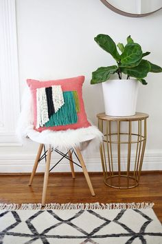 Yarn Fringe Pillow DIY (via Bloglovin.com )
