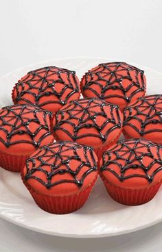 Spiderman What a clever way to bake for any party, birthday, halloween, theme party! Postres Halloween, Dessert Halloween, Halloween Cupcakes, Halloween 2014, Superhero Birthday Party, Birthday Fun, Birthday Ideas, Superhero Cake, Spiderman Cupcakes