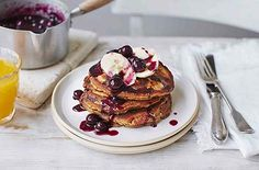 Made with nutty spelt flour, this stunning stack of healthy pancakes makes a heavenly weekend breakfast or brunch. A simple blueberry compote, made from frozen berries and a drizzle of maple syrup, adds a luscious slick of sweetness to this easy pancake r Coconut Pancakes, Pancakes Easy, Blueberry Pancakes, Spelt Pancakes, Waffles, Fluffy Pancakes, Breakfast Recipes, Pancake Recipes, Breakfast Ideas
