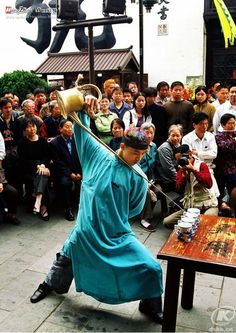Look at the tea master pouring the hot tea from the copper teapot over his head, behind his back and through his arms! Incredible skills don't you think? Religions Du Monde, Cultures Du Monde, World Religions, Beijing, Shanghai, Authentic Chinese Recipes, Tea Culture, Chinese Tea, Hangzhou