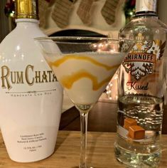 Salted Caramel Martini This flavorful drink combines RumChata with Caramel Vodka for a combination that will please anyone! Only a few ingredients needed enjoy! The post Salted Caramel Martini appeared first on Getränk. Cocktails Vodka, Liquor Drinks, Cocktail Drinks, Fun Drinks, Yummy Drinks, Martinis, Lemonade Cocktail, Fall Cocktails, Dessert Drinks