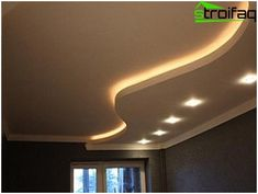 Wavy lines in the design of the ceiling plasterboard in the living room
