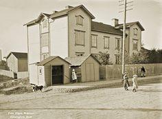 Hämeentien sillan jälkeen alkaa Vallilan alue. Signe Brander on kuvannut Itäisen Viertotien varrella olevia taloja siirtyen vähitellen kohti pohjoista. Tässä kuvassa on Villa Vallgård, jonka osoite on Vallila 1a. 1908.