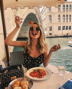 ≡ 18 Ways to Spice Up Your Boring Vacation Photos ➤ Brain Berries Summer Aesthetic, Travel Aesthetic, Photographie Portrait Inspiration, European Summer, Italian Summer, Instagram Pose, Disney Instagram, Shooting Photo, Travel Pictures