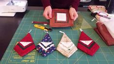Tutorial Babbo Natale Log Cabin Christmas Quilting, Christmas Sewing, Diy Christmas Ornaments, Christmas Treats, All Things Christmas, Christmas Decorations, Sewing Projects, Projects To Try, Patchwork Tutorial