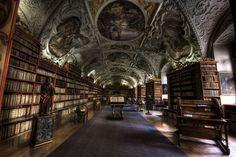 Strahov Theological Hall. La decoración muy ornamentada de la biblioteca del monasterio contiene dieciocho mil textos religiosos, incluyendo muchas ediciones de la Biblia en numerosas lenguas.