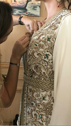 Tambour Embroidery, Embroidery Dress, Style Marocain, Moroccan Caftan, Couture Details, Kaftans, Marrakech, Sewing Patterns, Glamour
