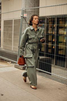 Street Style: look e tendenze alla Paris Fashion Week 2019 Fashion Week Paris, Japan Fashion, India Fashion, Women's Fashion, Workwear Fashion, Fashion Outfits, Fashion Blogs, Stil Inspiration, Paris Street Styles