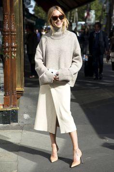 ブロガー兼スタイリストのペニーレが選んだトレンドのタートルニットは「セリーヌ」。「イザベル マラン」のラップスカートを合わせて、クリーンなワントーンルックにフィニッシュ。