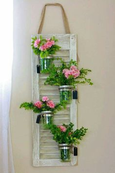 Parte de uma janela aproveitada para pendurar vasinhos de flores.