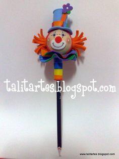 Ponteira Palhacinho - ideal para lembrancinhas, a criançada vai adorar!!  Encomendas: talitabello@hotmail.com Tel: (55 13) 9743.2427 (55 13) 9730.7228  Temos também a apostila da ponteira palhacinho com lista de materiais, passo a passo e fotos. Peça já a sua!! Fale conosco! Clown Crafts, Felt Crafts, Clown Party, Cute Pens, Rosettes, Fabric Flowers, Arts And Crafts, Lily, Christmas Ornaments