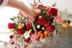 장미 꽃바구니 R mix * 서울 꽃배달 리지데이 #liziday #flowergift #gift #koreaflower #koreanflorist #florist #flowerarrangement #flowerbox #handtied #꽃다발 #꽃다발포장 #flowerclass #flowershop #flowerwrapping #wrapping #bouquet #플로리스트 #리지데이 #koreanflorist #kstyleflower #koreanflower #kstylewrapping #koreahandtied #flowerpower #flowerbox #centerpieces #roses #giftideas Flower Basket, Floral Wreath, Wreaths, Flowers, Decor, Floral Crown, Decoration, Door Wreaths, Deco Mesh Wreaths