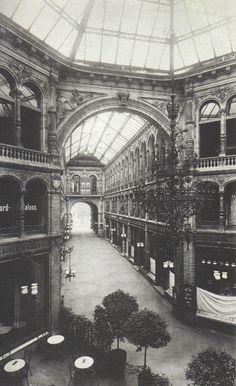 Berlin, Innenraum der Passage der Kaisergalerie in der Friedrichstraße, 1900.