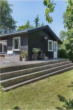 Danish summer cottage boasts a colorful mix of design classics and vintage flea finds - Living in a shoebox Cottage Exterior, House Paint Exterior, Cabin Design, House Design, Scandinavian Cabin, White Wooden Floor, Summer Cabins, Outdoor Paint, New England Style