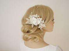 Vintage inspiriert, ein glamouröser Haarschmuck- edel und feminin geschmückt mit  edle Spitze, zwei Blüten und Perlenblätter.  Passt sehr gut für eine Hochsteckfrisur oder für offenes Haar. Je nach...