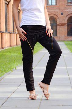 Spodnie w modnym fasonie. Z przodu posiadają ozdobny suwak oraz dżety. Wykonane z najlepszych materiałów zapewniających doskonały komfort noszenia. Idealne do licznych stylizacji na każdą okazję. Oryginalnie zapakowane z kompletem metek.