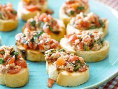 Crostini met tonijn, kersttomaatjes en basilicum. Begin de avond op z'n Italiaans - Libelle Lekker!