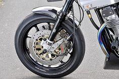 前後ホイールはビトーR&D製のJBマグ鍛。タイヤはピレリのディアブロ・スーパーコルサでサイズは [F]120/70-17・[R]180/55-17。フロントブレーキまわりはブレンボのレーシング4ポット+サンスター製ローターをチョイス