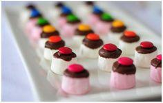 Selecionamos para si, 8 deliciosas ideias de mini-doces para fazer numa festa de aniversário infantil. O aniversário do seu filho está a chegar e não sabe o que fazer?    A decoração da mesa faz semprebastante vista, com pratos coloridos e ch...