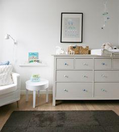 Comoda Hemnes de 8 cajones (275€) perfecta como futuro cambiador de bebés. Se podría colocar a los pies de la cama.