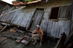 Leonardo Medina lee el periódico fuera de su casa destruida, una semana después del devastador terremoto en Pedernales, Ecuador, el domingo 24 de abril de 2016. El sismo ha dejado al menos 655 fallecidos y 29.067 afectados, informó el lunes 25 de abril la Secretaría de Gestión de Riesgos. (Foto AP / Rodrigo Abd)