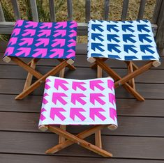 How to make a folding camp stool Here's the guest tutorial I mentioned yesterday: a DIY folding stool made from scratch! This project uses more of my new Arrow fabric and makes a great side … Christmas Gifts To Make, Christmas Diy, Diy Cadeau, Vintage Inspiriert, My Home Design, Deco Floral, Crafty Projects, Pallet Projects, Homemade Gifts
