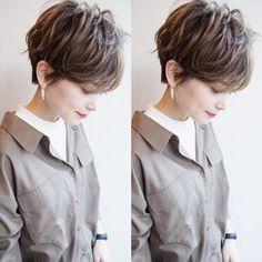 画像に含まれている可能性があるもの:2人 Short Hair Model, Medium Short Hair, Short Wavy Hair, Short Hair With Layers, Short Hair Cuts For Women, Medium Hair Styles, Short Hair Styles, Chic Haircut, Stylish Short Hair