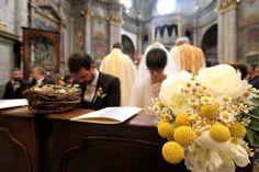 Sposi all'ingresso in chiesa... primo piano bouquet | Wedding designer & planner Monia Re - www.moniare.com | Organizzazione e pianificazione Kairòs Eventi -www.kairoseventi.it