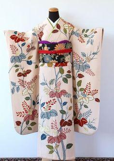 「はなを」では心のこもったお支度を心掛けております。はなをこだわりのレトロな衣装を揃えております。挙式、成人式など当日のお支度と前撮りはもちろん、列席の振袖・訪問着・留袖のレンタルなど、着物のことならなんでもご相談下さい。卒業式の袴レンタル Yukata Kimono, Kimono Fabric, Silk Kimono, Geisha, Traditional Japanese Kimono, Traditional Dresses, Japanese Outfits, Japanese Fashion, Kabuki Costume