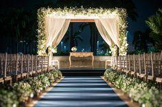 Decoração de casamento no MAM do Rio de Janeiro - cerimônia montada ao ar livre - altar coberto de flores brancas e passadeira azul marinho ( Decoração: Patricia Vaks | Foto: Sergio Greif )