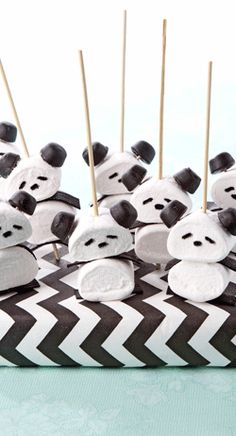 Panda marshmallows - and some sort of jelly or licorice candy for the ears? Panda Party, Panda Themed Party, Panda Birthday Party, Birthday Treats, Kids Party Treats, Snacks Für Party, Party Animals, Animal Party, Panda Food