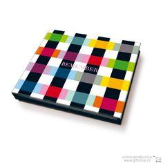 Memolino blok Colour Caro // Neka dan započne pamćenjem onoga što je bitno i ostatak će proći lako i ugodno! Ovaj šareni blok sadrži više od 200 samolepljivih papirića kao i malu hemijsku. Ujedno je i vrlo zahvalnih dimenzija i lako ga je poneti u džepu.