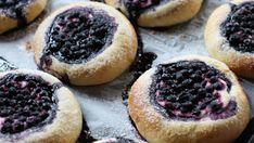 Boller med crème fraiche og blåbær