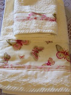 Butterfly breeze, shabby chic hand towel and washer. Shabby Chic Towels, Shabby Chic Decor, Sewing Hacks, Sewing Crafts, Sewing Projects, Decorative Hand Towels, Embroidered Towels, Bathroom Towels, Bath Towels