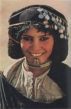 Culture of Jewel - Berber Women of Morocco We Are The World, People Around The World, National Geographic, Pintura Tribal, Berber Tattoo, Facial Tattoos, Dot Tattoos, Steve Mccurry, Tribal Women