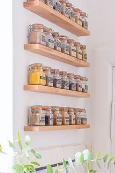 DIY Floating Spice Rack - Easy tutorial to build your own floating shelves Wall Spice Rack, Diy Spice Rack, Spice Shelf, Spice Rack With Spices, Storage For Spices, Spice Rack Design, Best Spice Rack, Spice Rack Pantry, Kitchen Spice Storage