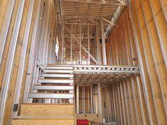 Aquí puedes encontrar fotos con ideas de diseño de interiores. ¡Inspírate! Tiny House Loft, My House, Modern Exterior House Designs, Steel Frame Construction, Building Systems, Steel House, Steel Structure, Studio Apartment, House Plans