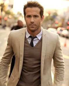 Ryan Reynolds looks dapper with an easy layered up look. So handsome Sharp Dressed Man, Well Dressed Men, Fashion Mode, Mens Fashion, Fashion Check, Fashion News, Style Fashion, Fashion Styles, Fashion Online